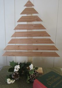 "alt=""rustic Christmas tree from scrap wood"""